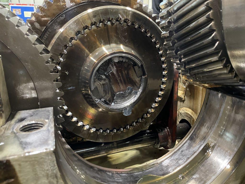 Instandsetzung eines TGW (Thyssen Getriebe- und Kupplungswerke) Getriebes Typ AA KDN 670- W2, Austausch und Neufertigung der defekten Verzahnung Repartur Instandsetzung TGW Getriebe Typ AA KDN 670- W2 defekte Verzahnung Getriebeinstandsetzung